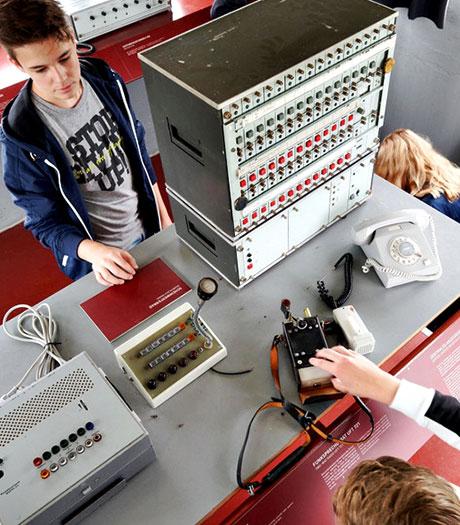 Schüler in der ehemaligen Überwachungszentrale